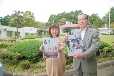 映画のチラシを持ち、参加を呼び掛ける岡田さん(右)とスタッフ