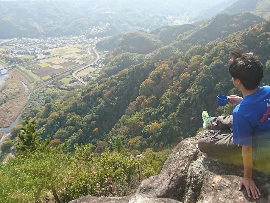 標高300メートル付近の絶壁でコーヒーを楽しむ参加者(写真提供・櫻井美鈴さん)
