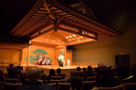 能楽堂で獅子舞を披露する保存会の会員たち