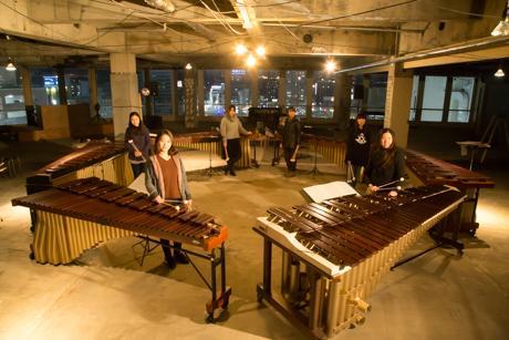 6台のマリンバと若手女性6人のマリンバ演奏者たち
