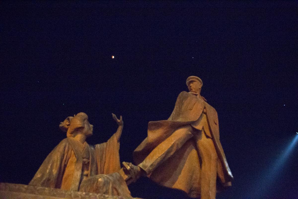 貫一お宮像。中央で赤く光るのが皆既月食