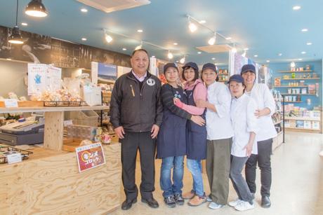 「地域の魅力が集まる場所になれば」と話す遠藤さんとスタッフたち