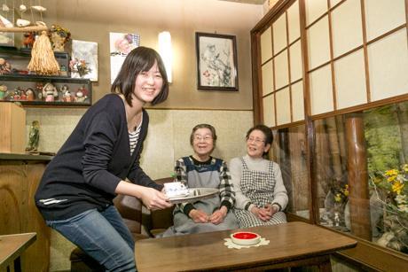 配膳の練習をする福田さんとケルンの「看板娘」たち