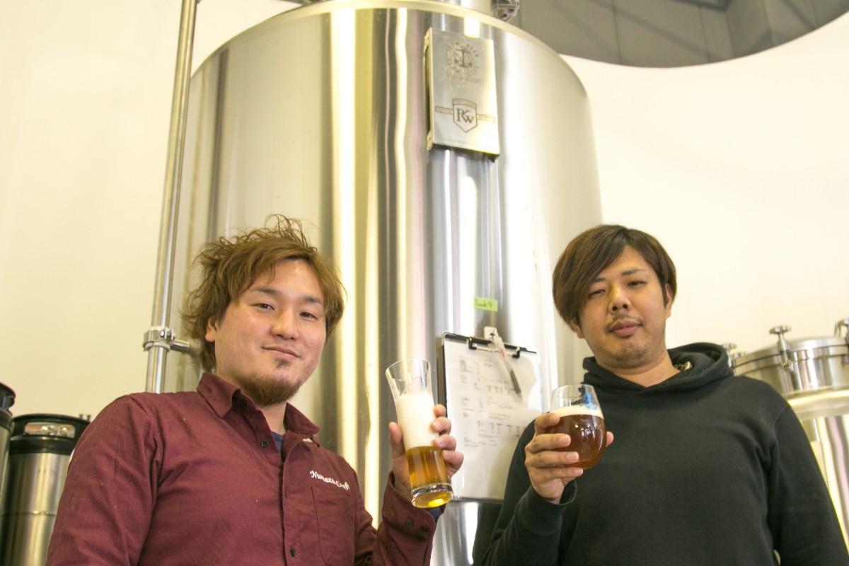 できたての1番タンクのクリームラガーを飲む片岡さんとIPAを飲む曽根田さん