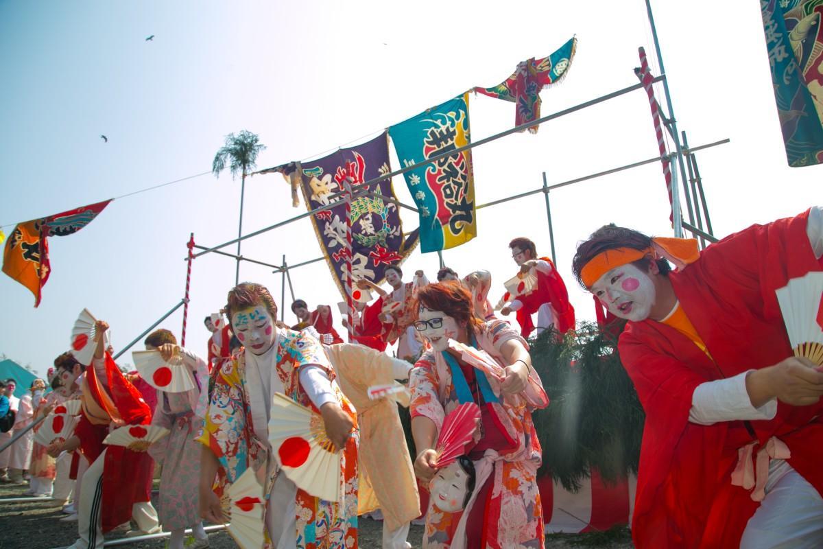 大瀬神社前で「勇み踊り」を披露する漁師たち