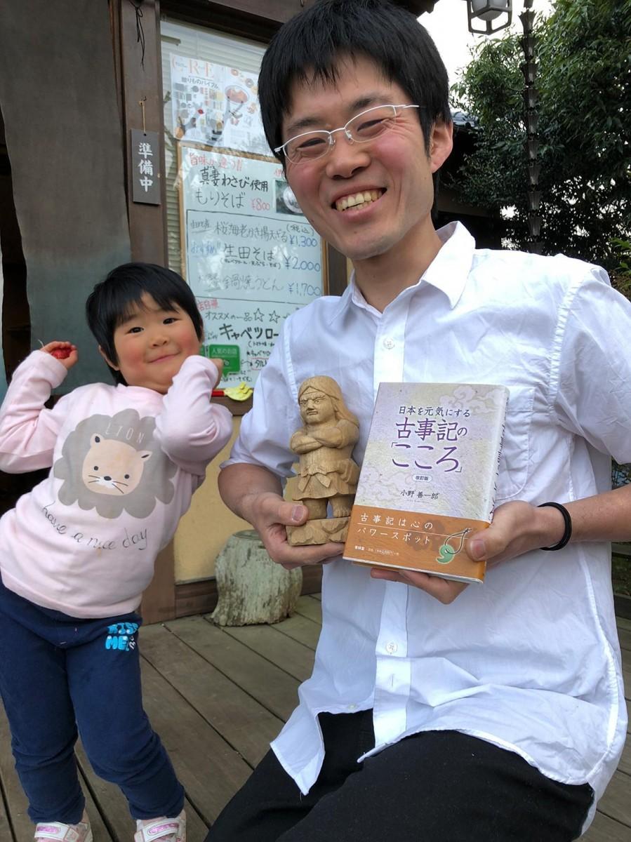 今回のテキストと山崎さんと山崎さんの長女である円さん。「子連れの人でも来てほしい」(山崎さん)