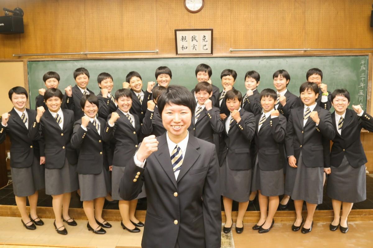 同期の女子生徒たちと共に記念撮影を行う伊藤さん(写真中央)