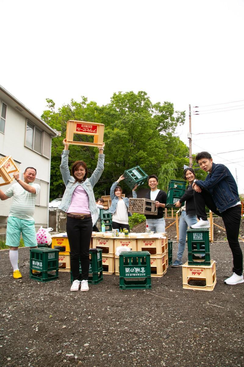 「ビールケースの有効活用も募集したい」と話す加藤さん(写真中央)