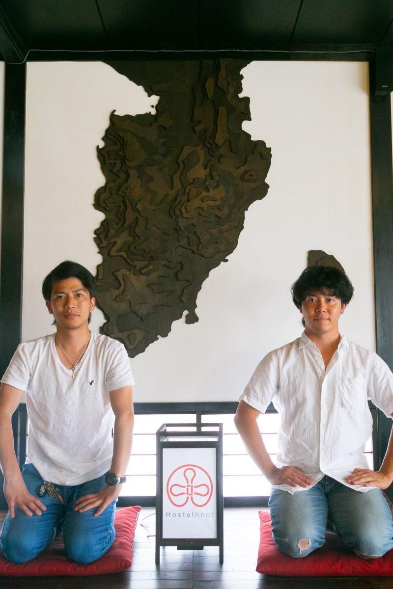 宿の中にある伊豆半島と山本さん(左)と、従業員の木村さん