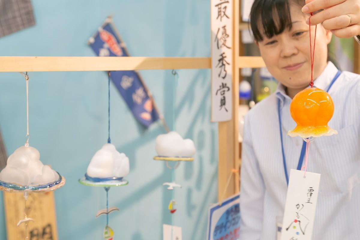 最優秀作品の「入道雲」と、入賞作品「goldfish」を持つ山本さん