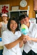今年の新作「水晶山」を持つ女子高生と、雅子さん(後方)