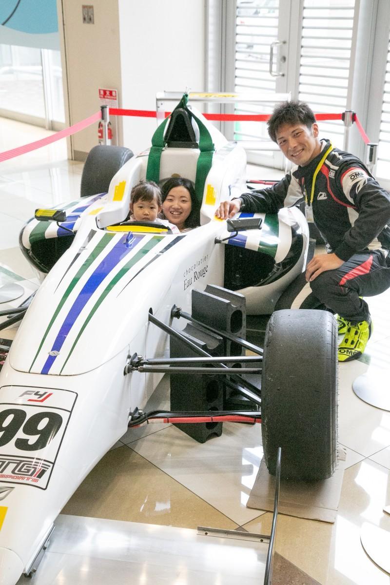 F4カーの試乗体験を行う参加者と渡辺大祐さん
