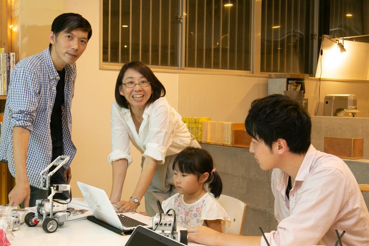 子どもたちにロボットのプログラミングを教える津賀さん
