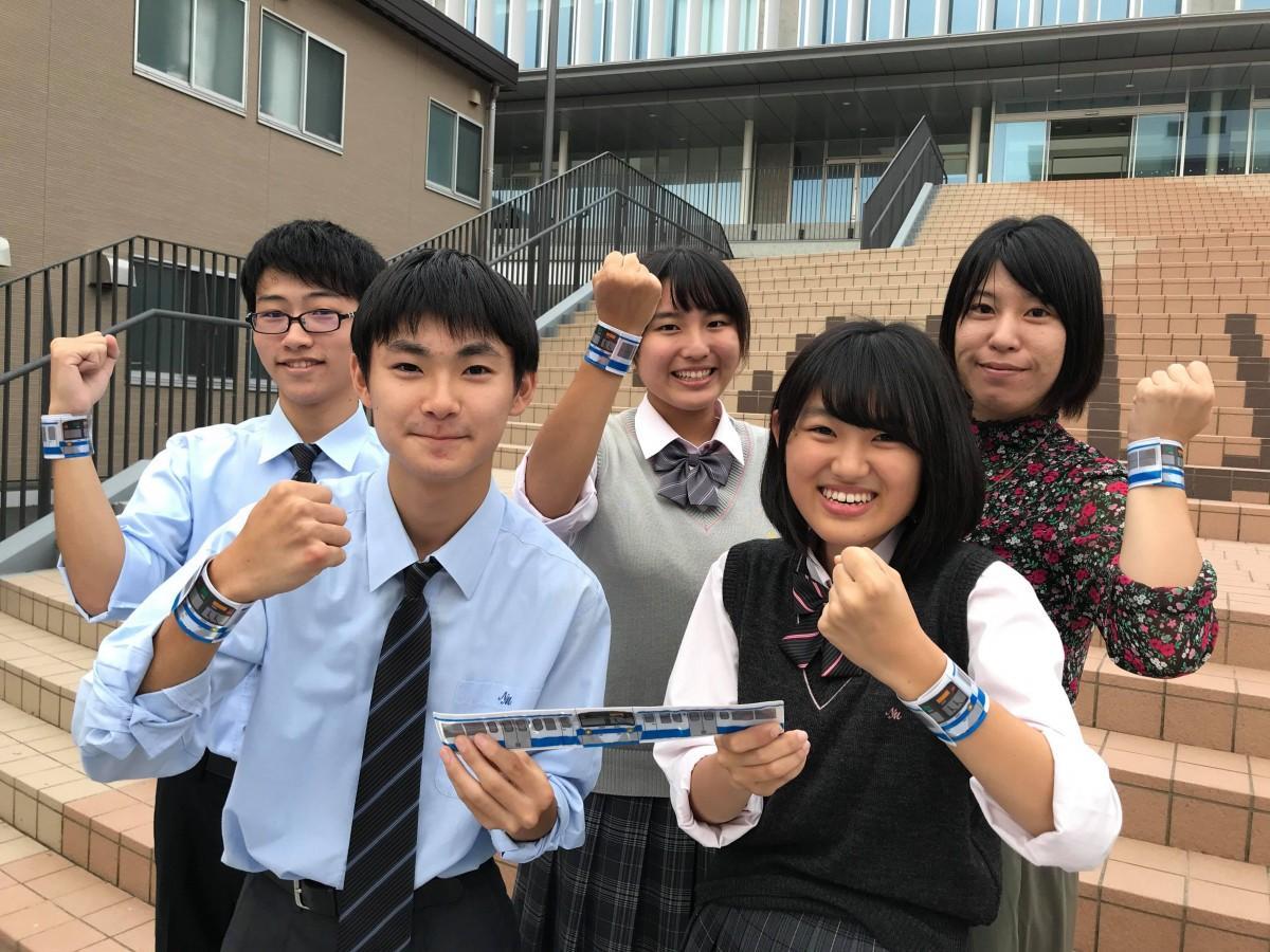 リストバンドを付ける大石さん(左)と日本大学三島高校新聞部メンバー(写真提供:日本大学三島高等学校新聞部)