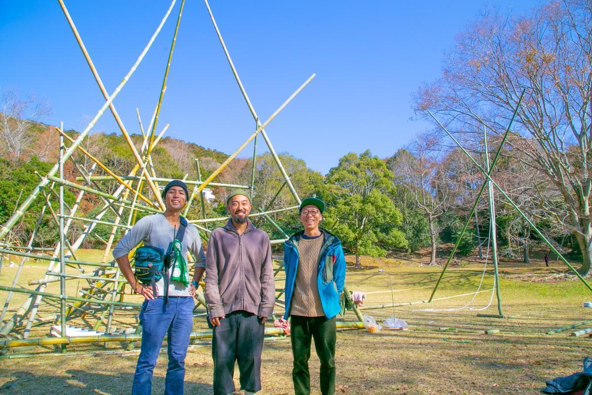 竹のジャングルジムを前にした山本さん(中央)ら実行委員会のメンバー