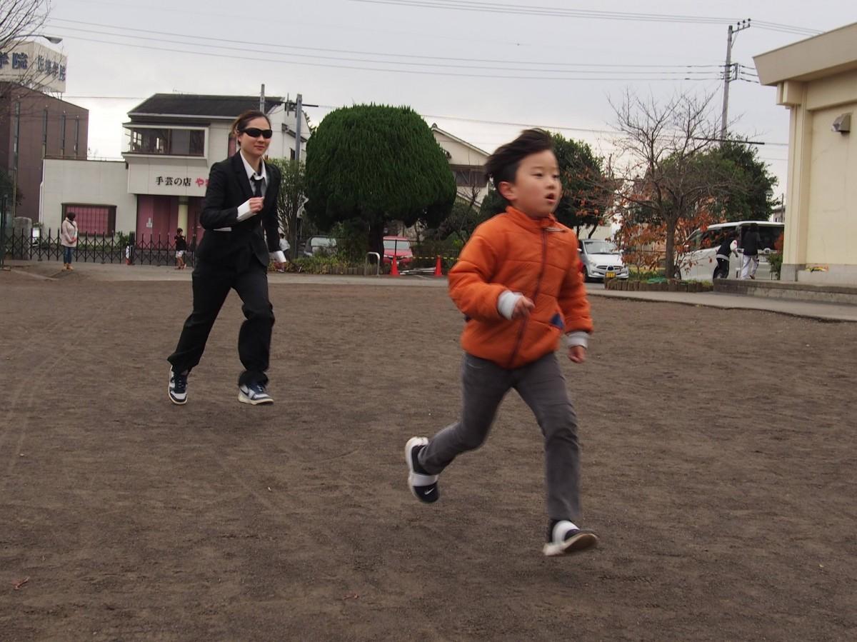 ハンターの追いかけに懸命に逃げる子どもたち