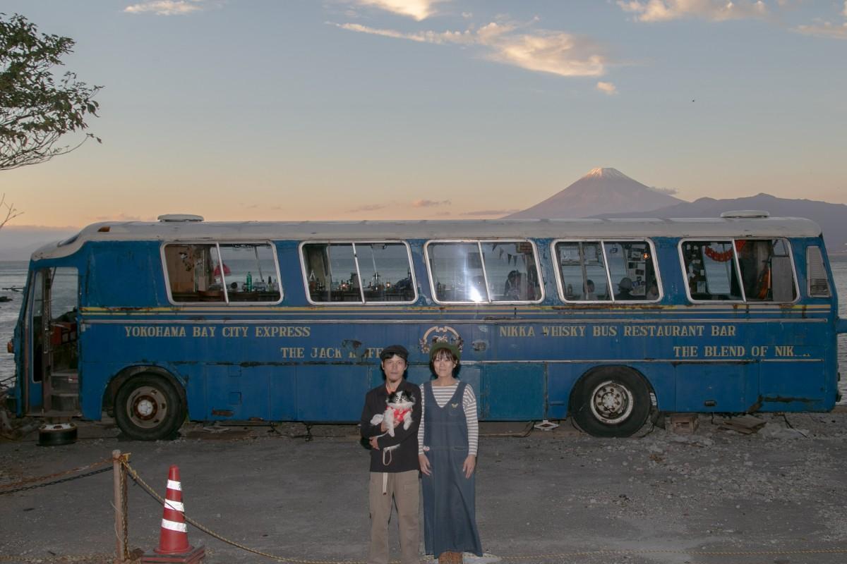 「夕焼けの富士山がとてもきれいに見えるこの時間がいい」と話す舛本夫妻と愛犬の「うしいろ」とオールドバス