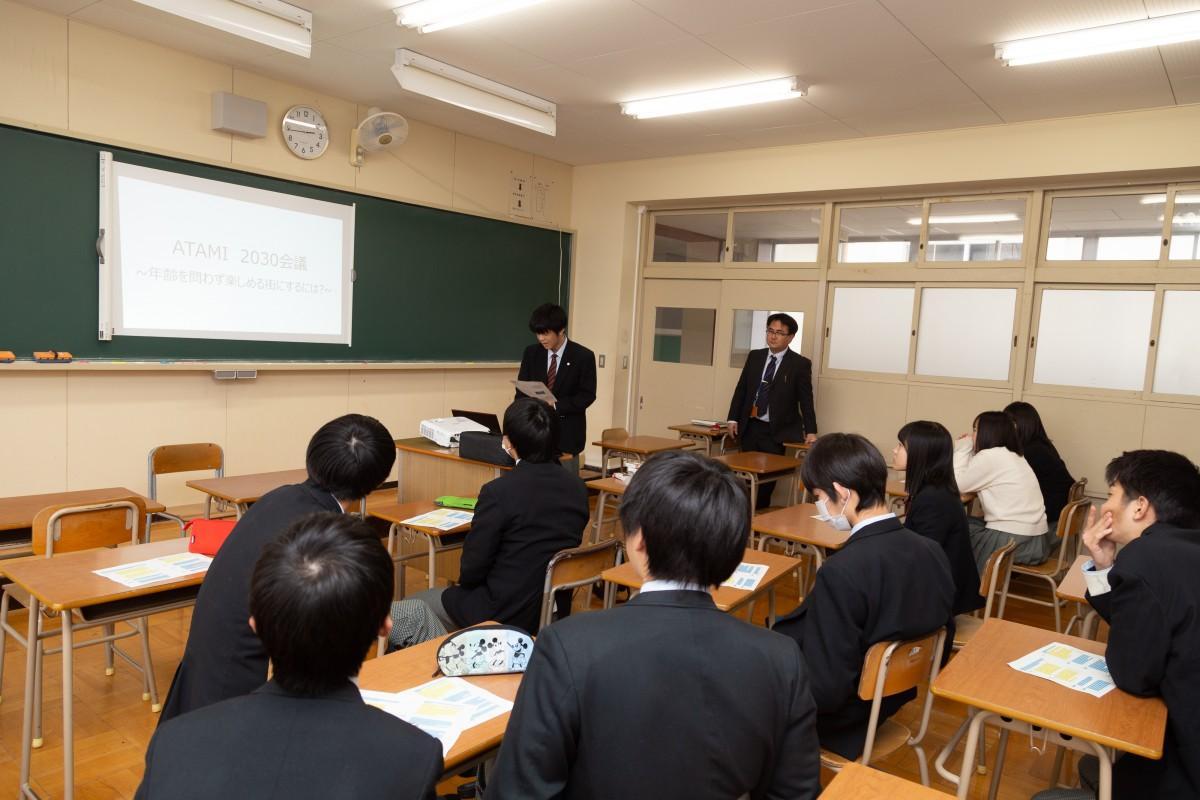 司会の練習を行う高校生たち