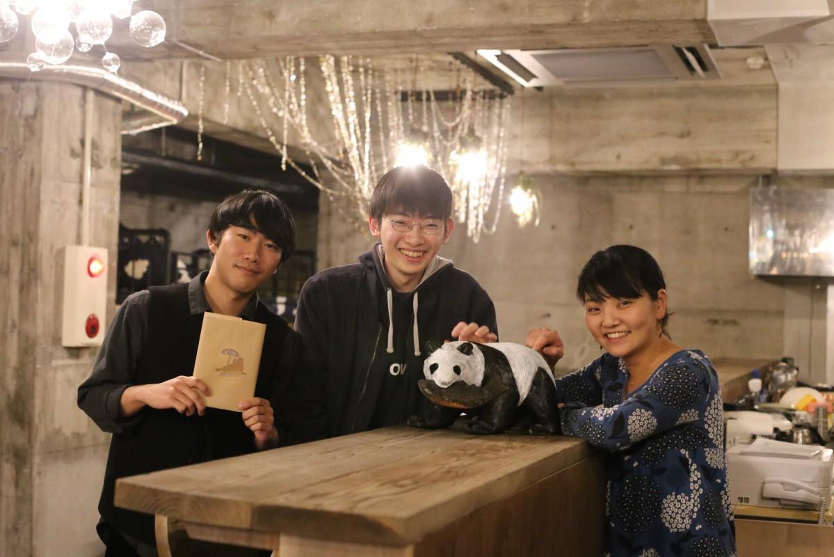 (右から)カフェバーのカウンターに集まる村松さん、梅原さん、小口さん