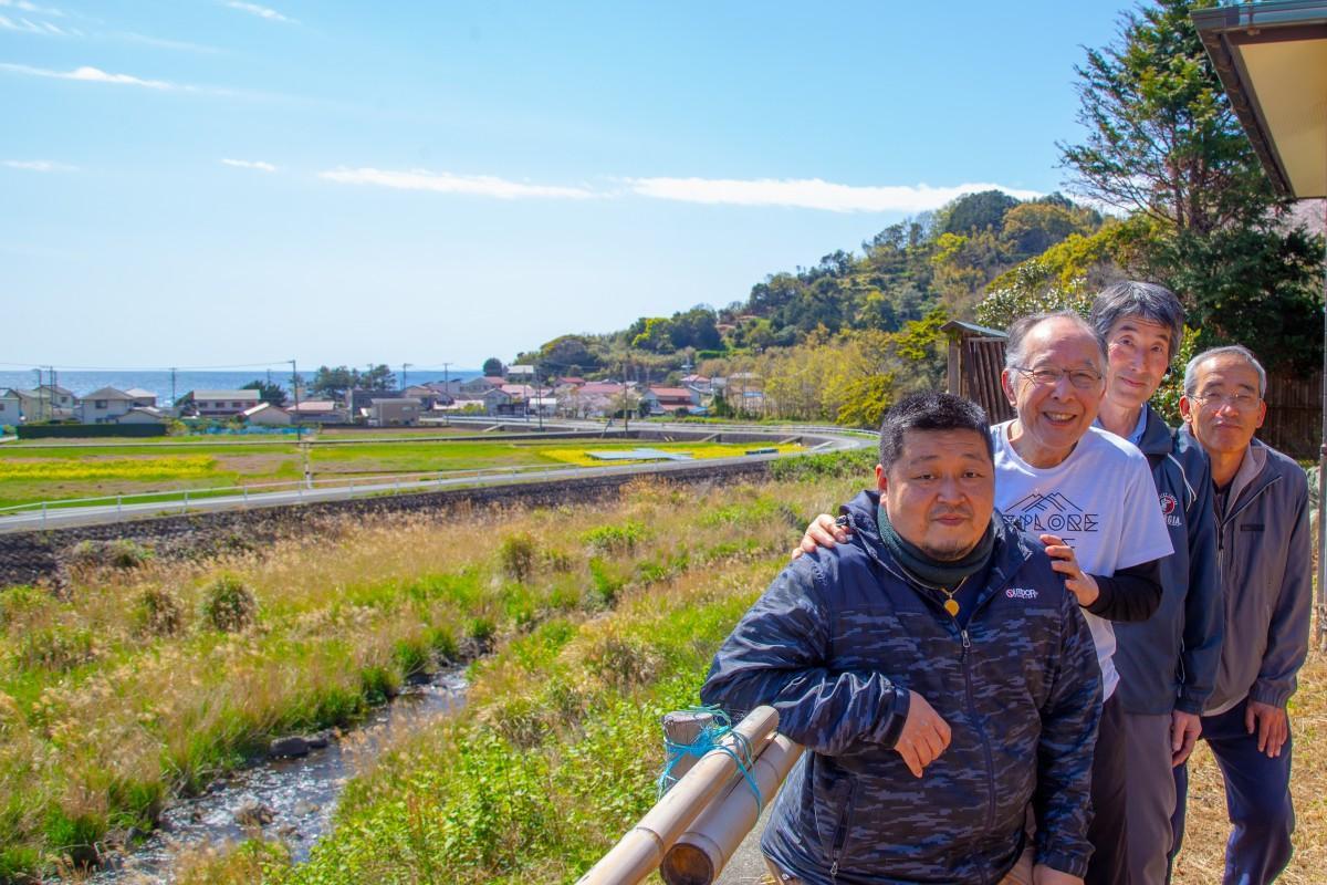 準備が進む菜の花舞台を前に、橋爪さんと地元スタッフたち