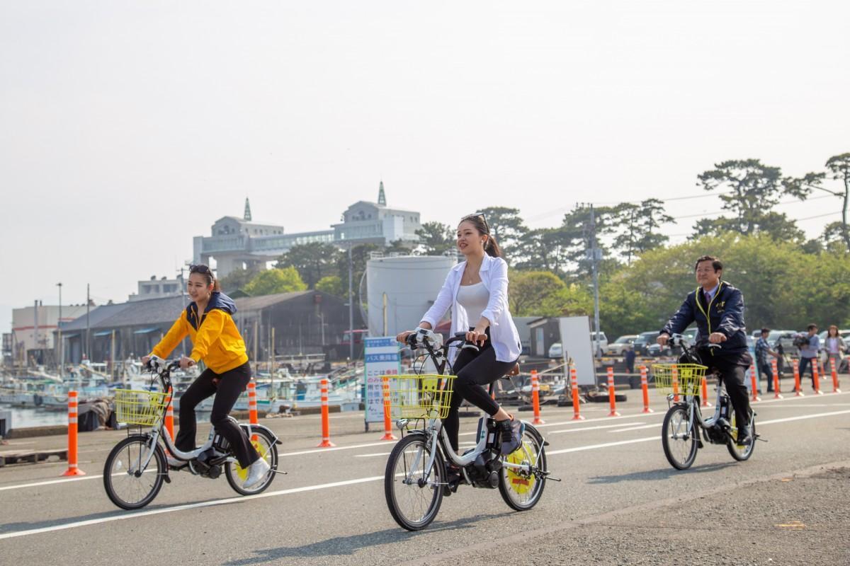 シェアサイクル「ハレノヒサイクル」を試乗する土屋副知事たち