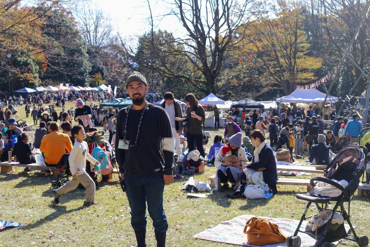 【キャプション】にぎわう会場で「持続可能なイベントにしていきたい」と話す山本さん
