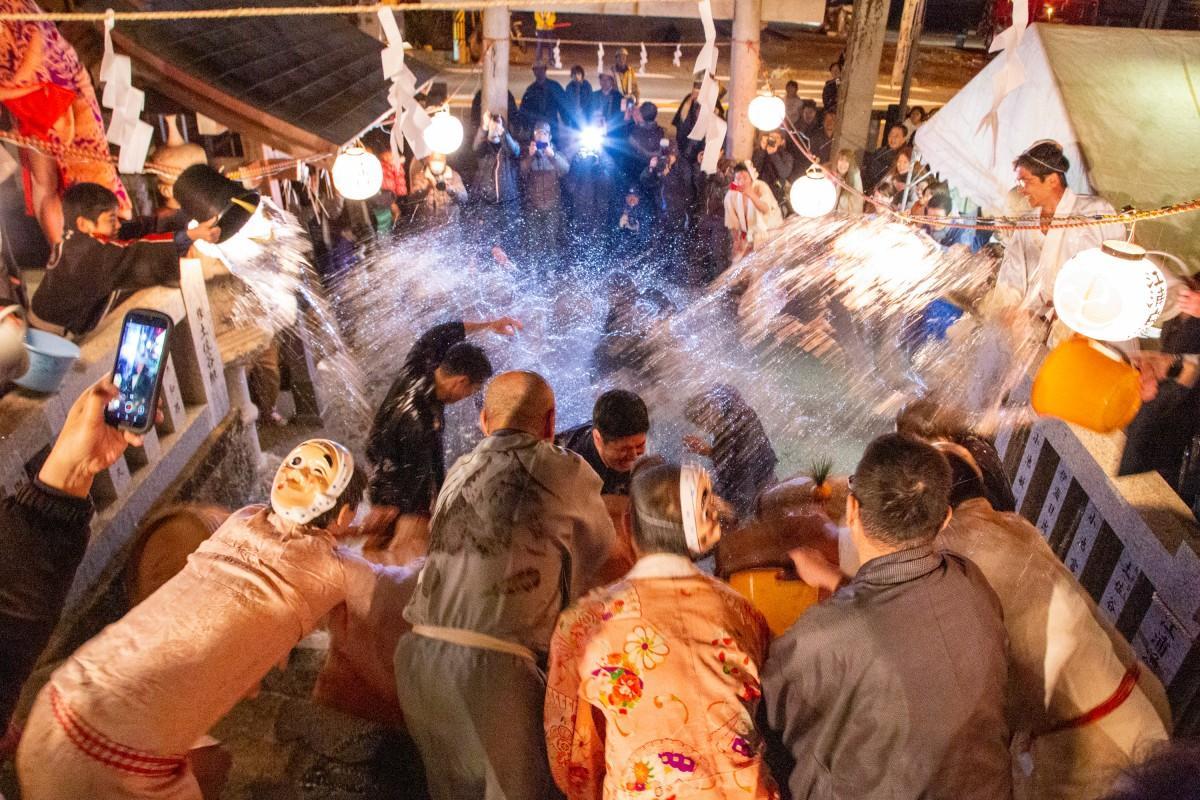 住民から水を掛けられる花婿たち