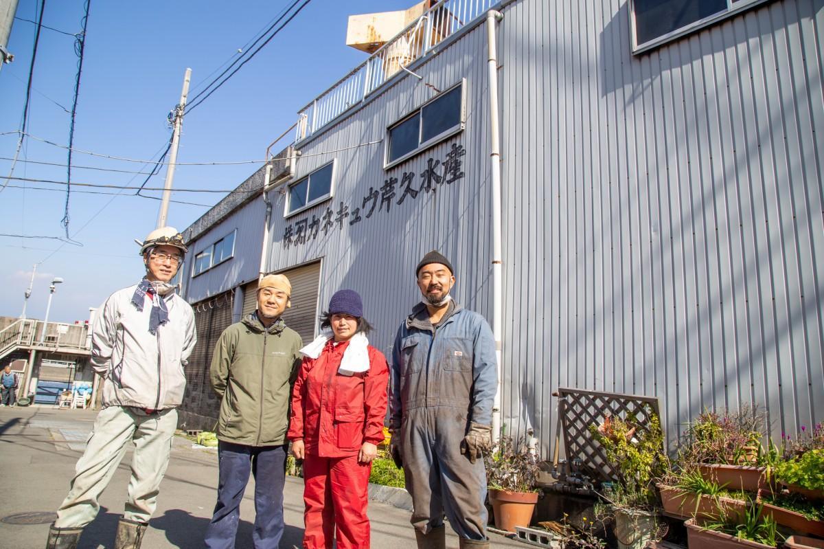 循環ワークスになる施設と山本さん(右)