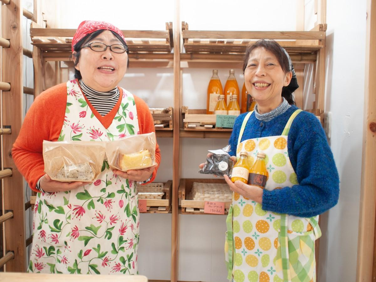 工房で作る商品を持つ久保田さん(右)