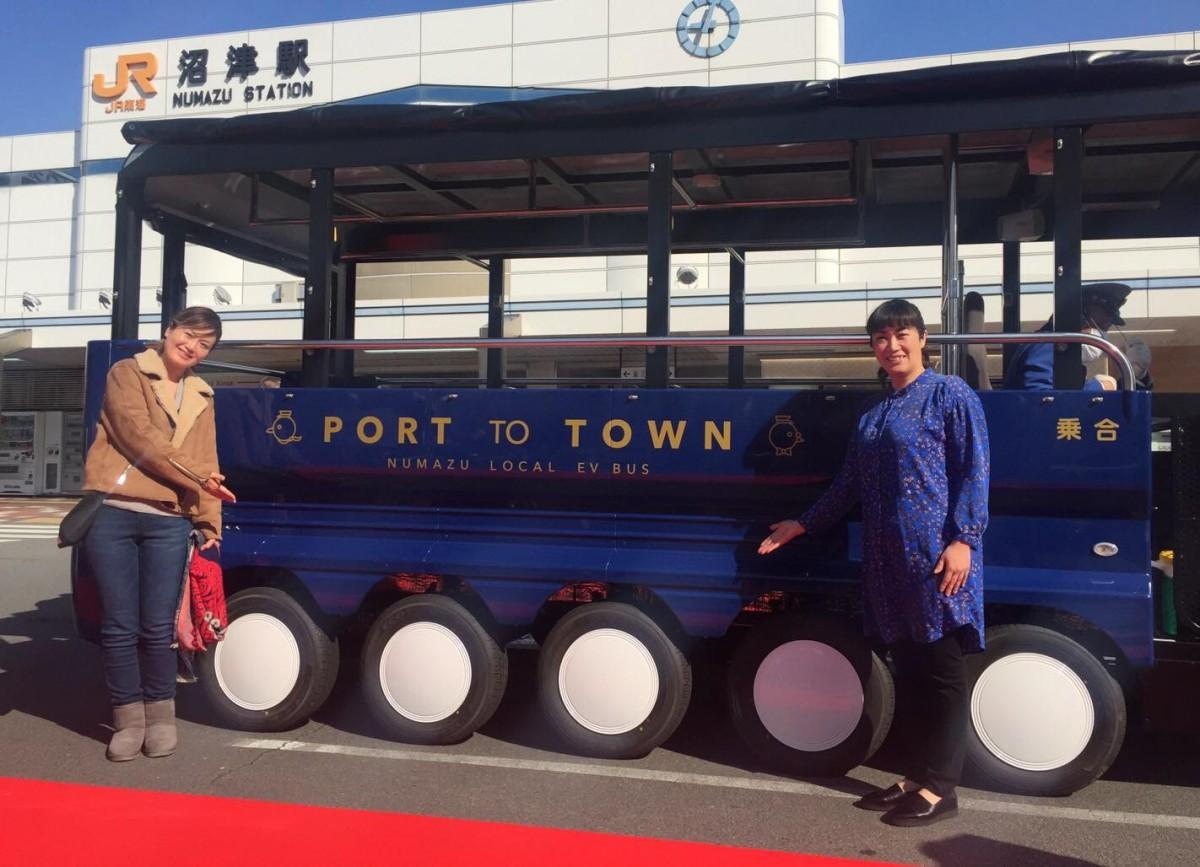 新型EVバスと、デザインを担当した大木さん(右)