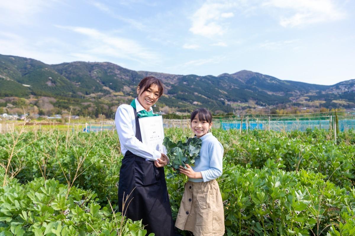 今回銀賞を受賞した神尾さんと、表彰状を持つ梨子さん