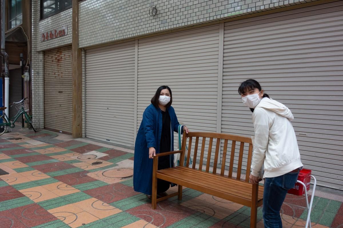会場の準備を進める、田辺さんと藤井さん