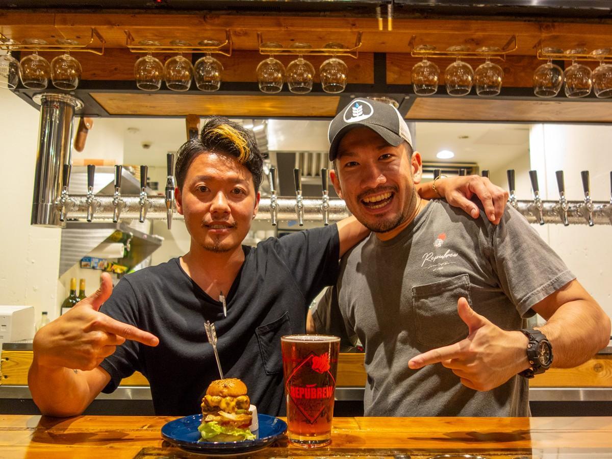 相性抜群のスライダーバーガーとビールを前に、畑さんと青山さん