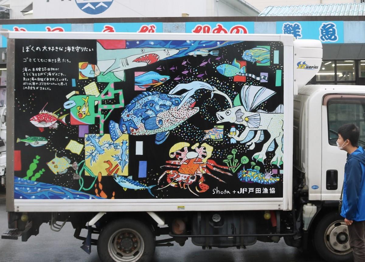 ラッピングトラックと鈴木翔太さん
