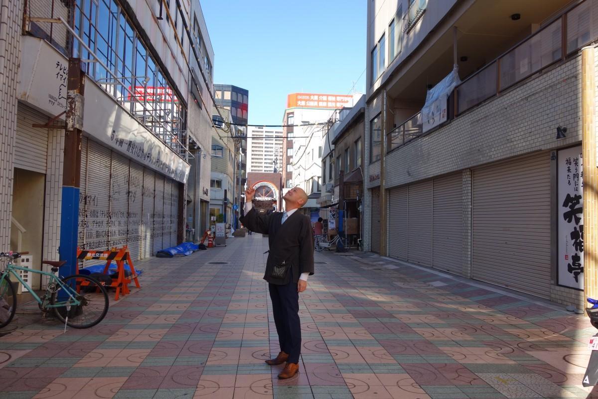 青空が澄み渡る新しい商店街と井草会長