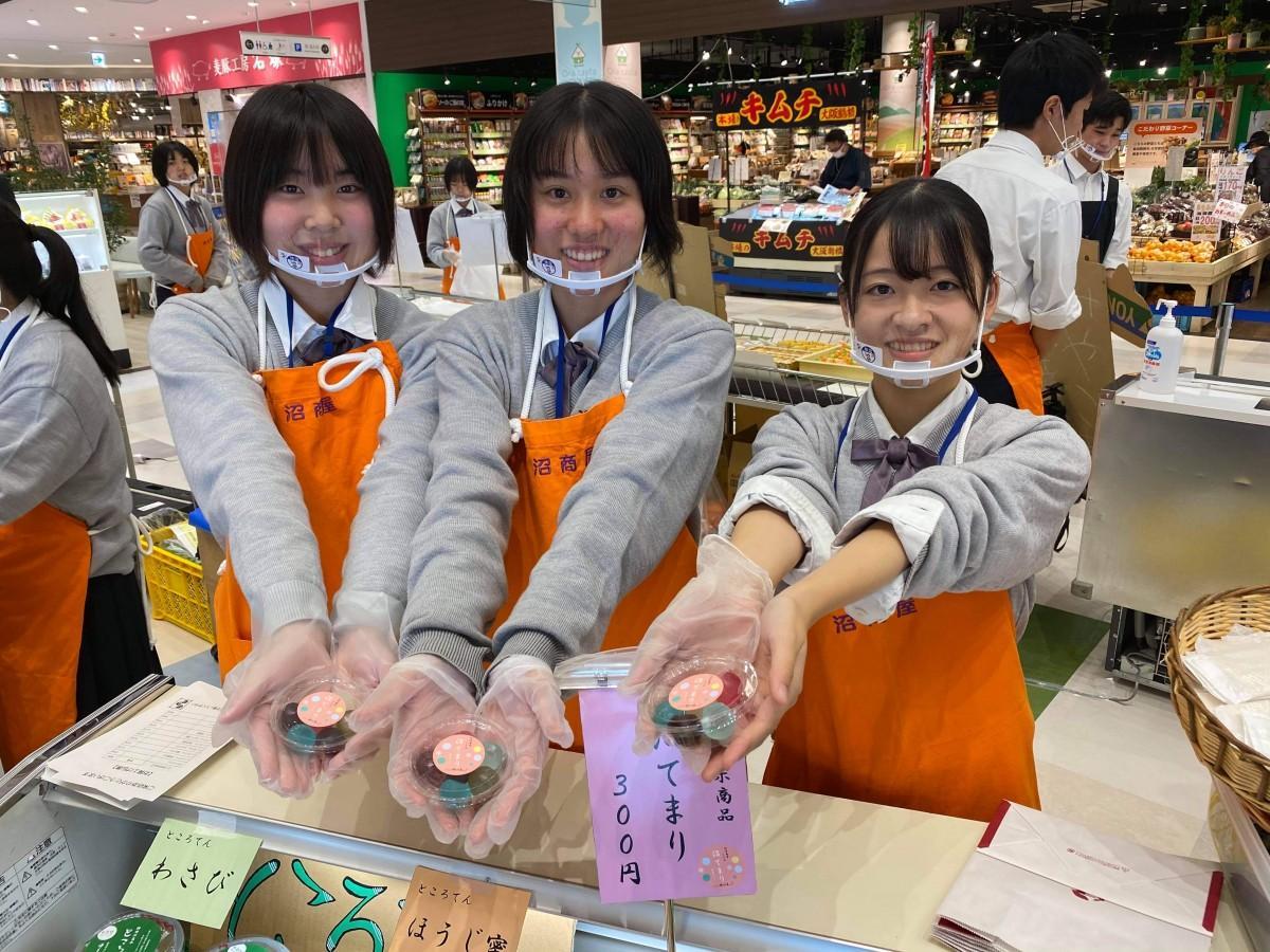 コラボ商品「沼てまり」を販売する高校生たち