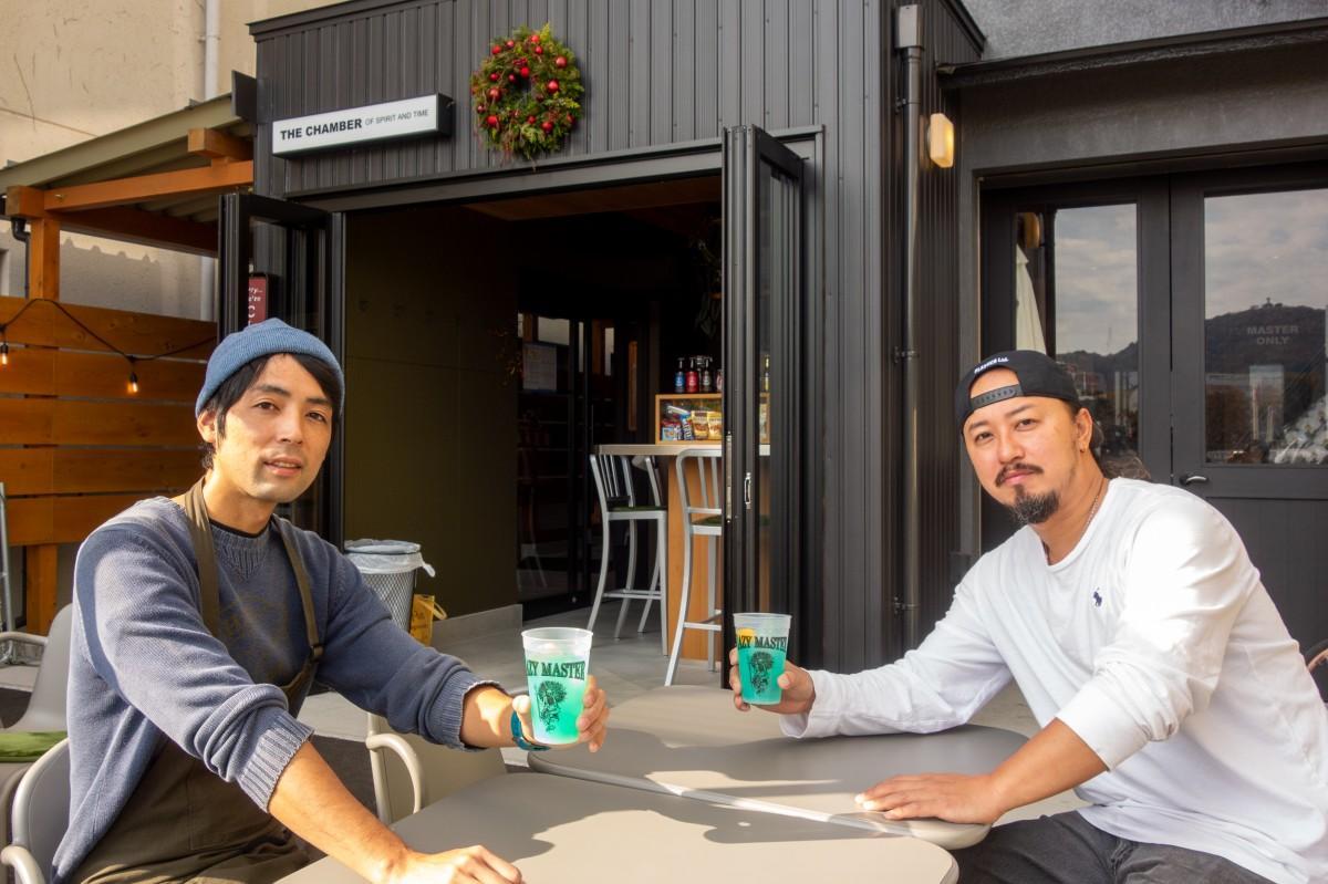 完成したシルキーシトラスで乾杯する小笹さんと永田さん