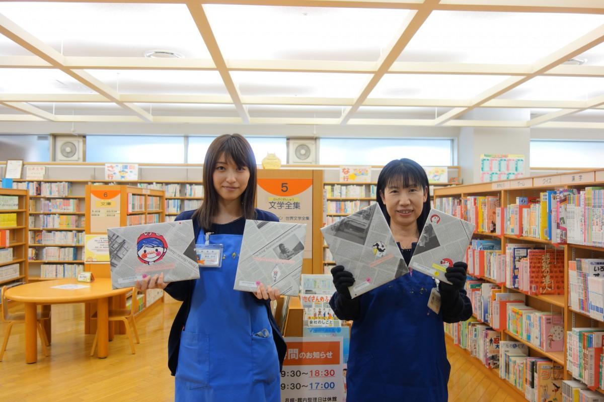 「チラ見せ」福袋本と重田さん(左)