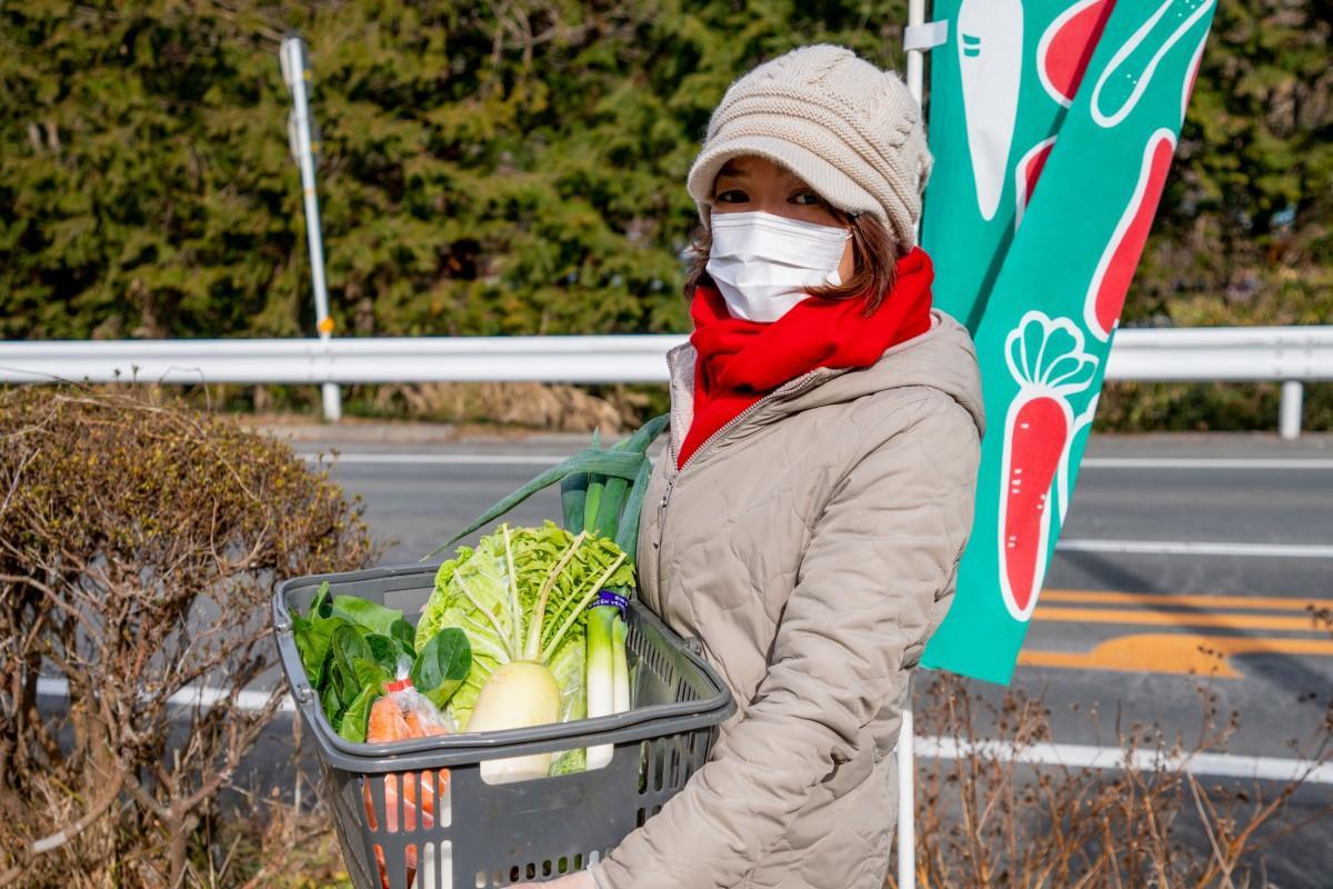 神尾ファームで収穫された野菜を手にする神尾さん