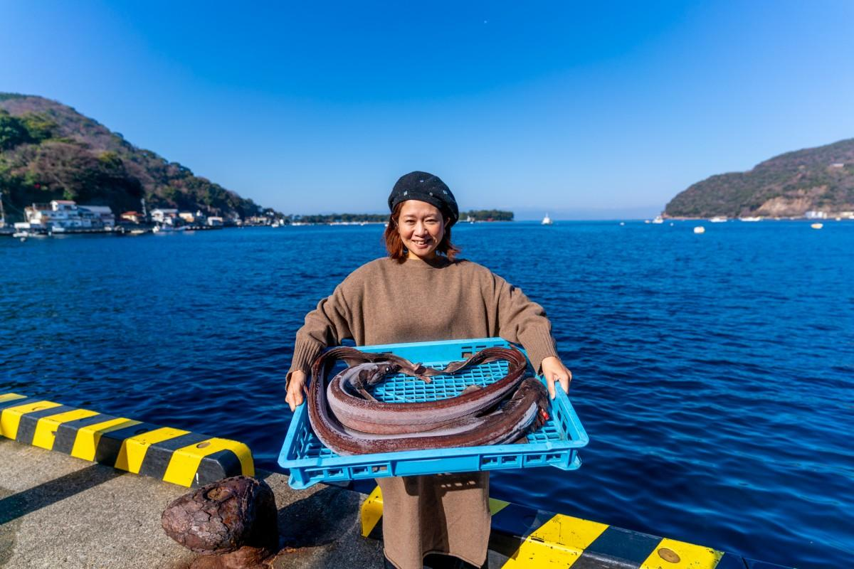 「深海魚の魅力をさらに発信したい」と冷凍されたラブカを持つ青山さん