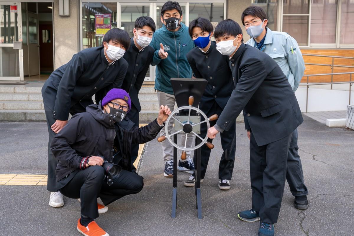 粉砕機の受け渡しを行う高校生たちと、実行委員会