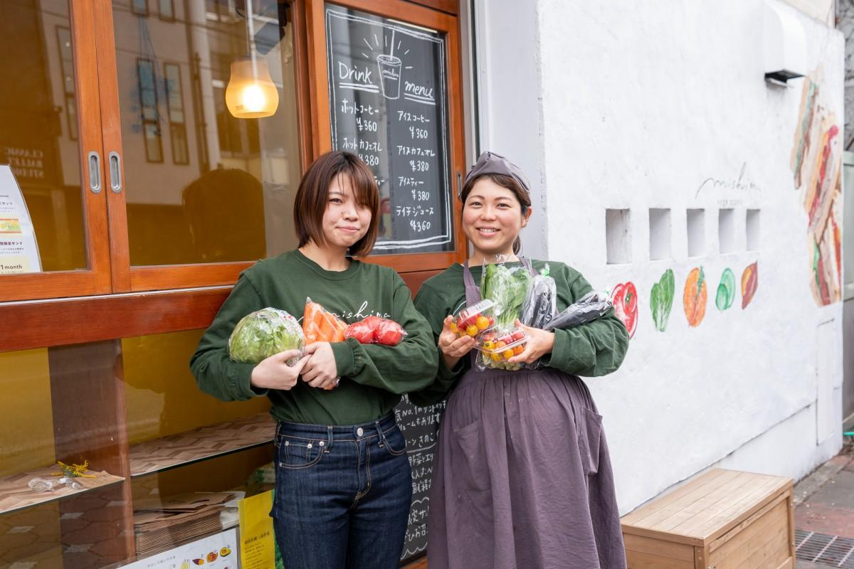 箱根西麓三島野菜を持つ道場さんと西村さん