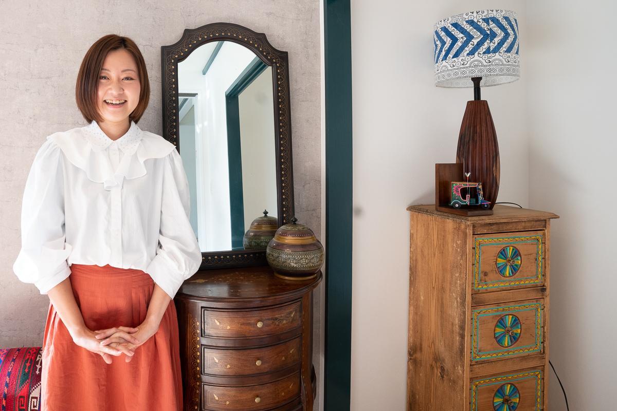 展示・販売しているパキスタン家具と原川さん