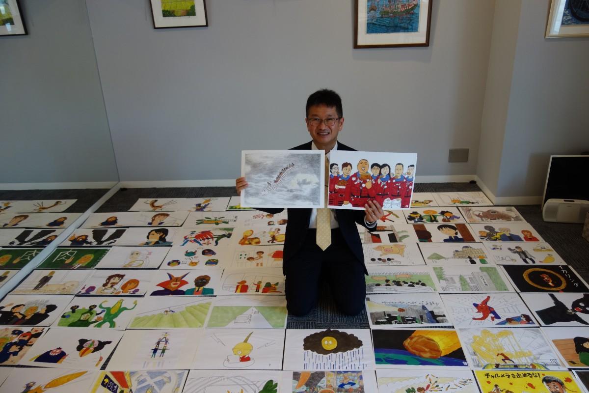 6年間の作品を並べる山本さん