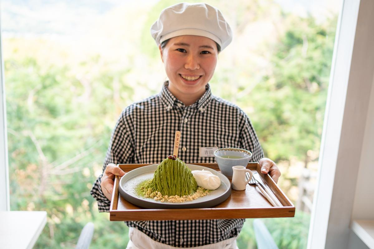 「巣ごもりパンケーキ静岡抹茶」を持つ吉田さん