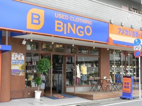 「BINGO(ビンゴ)自由が丘店」店頭にはウッドデッキのオープンスペースがあり、買い物客がひと休みできる