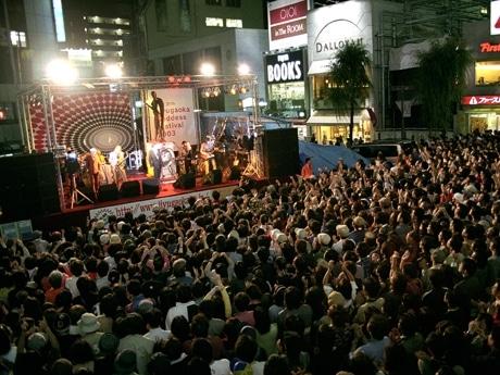 「女神まつり」駅前の特設ステージ。両日13時からイベントあり