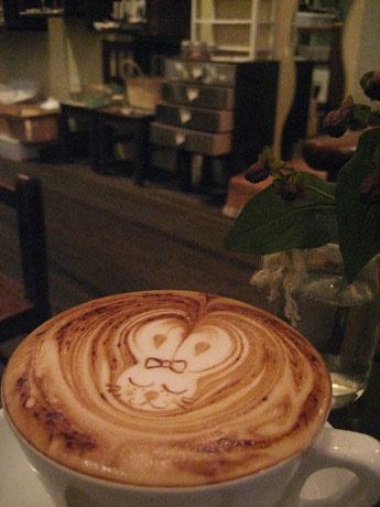 自由が丘経済新聞では自由が丘南口にある「cafe one」(写真=こだわりのエスプレッソコーヒーと店内の様子)の記事が下半期PV1位を獲得した