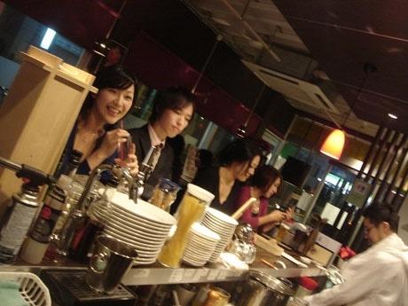 店内の立ち飲みカウンター「バンコ」では、前菜、ピッツア、パスタ、ドルチェなども手軽な価格で楽しめる