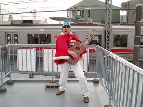 目の前を通過する東横線乗車客に歌のエールを送る「屋上パフォーマンス」平日朝8時から伊藤さんの姿が見られる